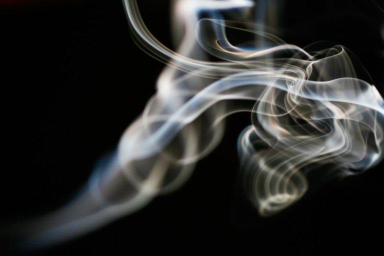 Három szantál füstölő