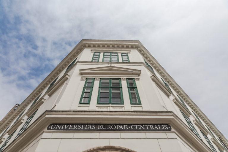 Felfüggeszti a CEU a menedékkérőknek szóló oktatási programjait