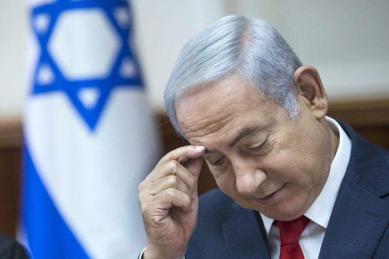 Rendőrök vitték el az izraeli miniszterelnököt