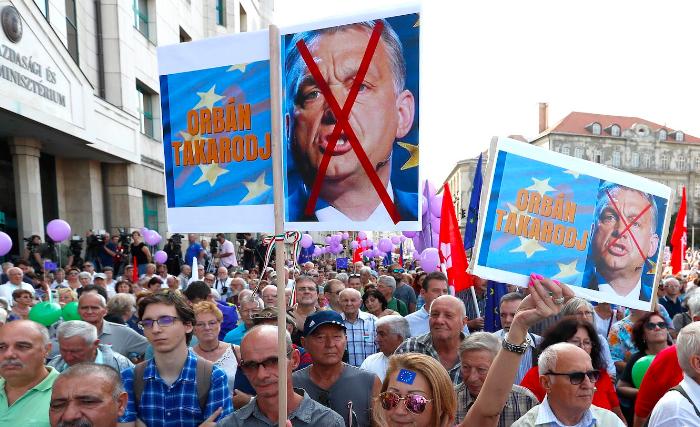 Vége Orbán Viktor pávatáncának