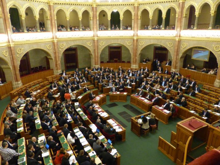 Az azonnali kérdések órájával folytatta hétfői ülését az Országgyűlés