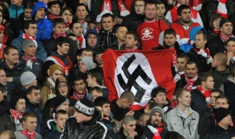 Hitler bajusz és karlendítés a Vörös téren