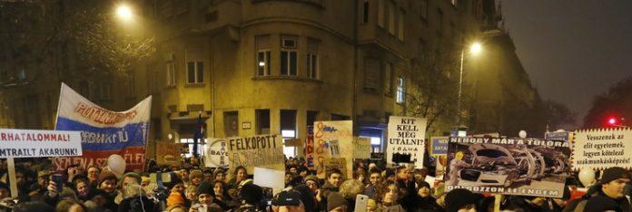 tüntet