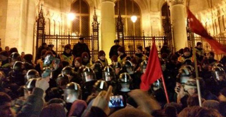 Bréking! Egyre nagyobb a tömeg, és a feszültség a rendőrség a tüntetők között az Országháznál