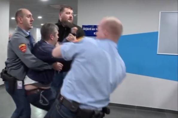 Újabb videó került elő arról, hogyan rángatták Hadházy Ákost a biztonsági őrök