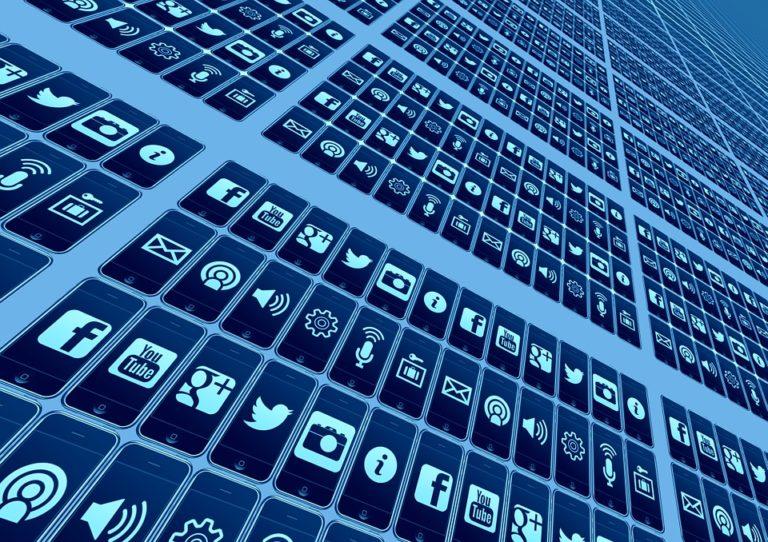 Globális online forradalom mozgásában élünk