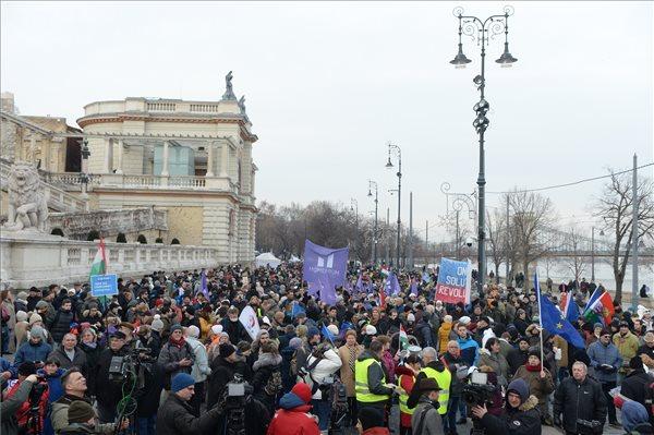 """Országszerte tüntettek – a Lánchídon """"helyzet"""" volt"""