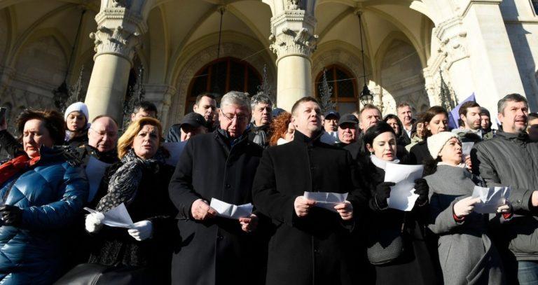Mai kérdés – Ön szerint, ha a Fidesz leváltásának lehetősége csak egy antiszemita és rasszista tagokat is magába fogadó párttal együtt lehetséges, a cél érdekében össze kell e fogni velük, mint az ellenzék legnagyobb létszámú pártjával?