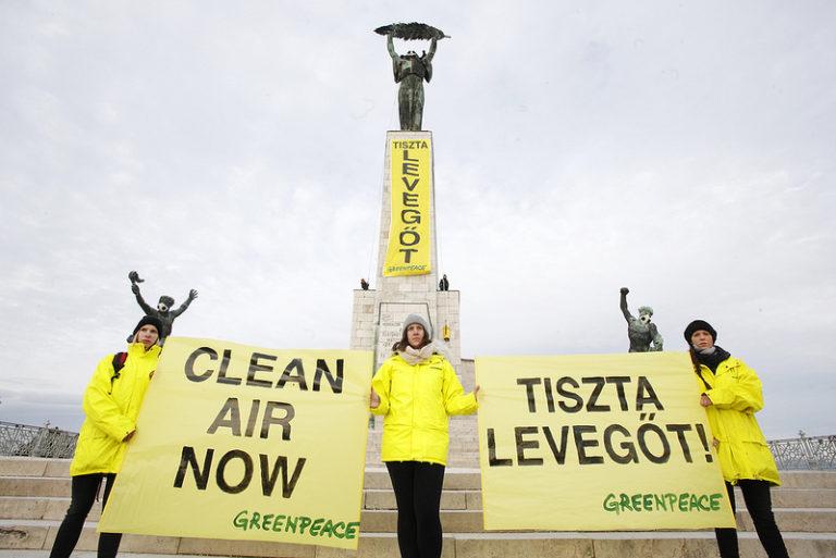 Greenpeace aktivisták másztak a gellérthegyi Szabadság szoborra