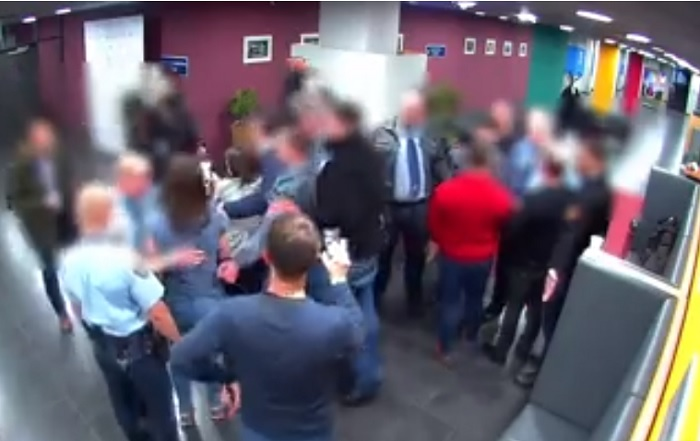 Hazudik az ügyészség, az őrök támadtak Hadházyra – videó