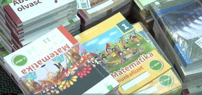 Videóüzenetekben tiltakoznak a szülők az állami tankönyvek ellen