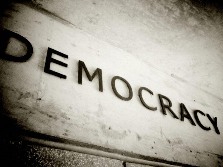 Papíron szeretjük a demokráciát?
