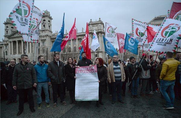 Az ellenzék és a civilek tüntetnek – élő videó