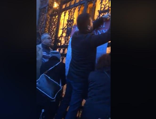 Kitűzték a Parlament kapujára az ellenzék Márciusi Kiáltványát