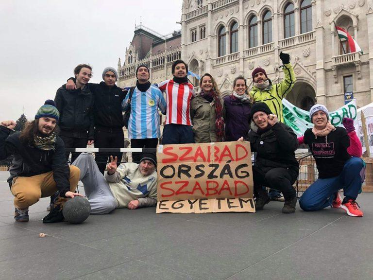 Lehet focimeccsel tiltakozni a Kossuth téren a tudományos élet tönkretétele ellen