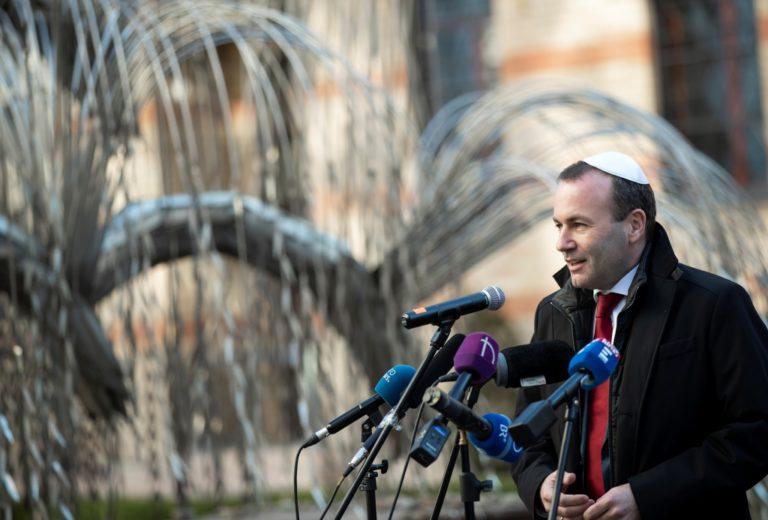 Manfred Weber a Dohány utcai zsinagóga Emanuel-emlékfájánál