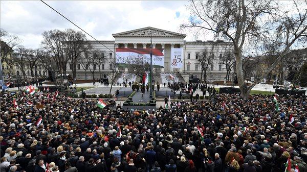 """Frissítve!!! Orbán a """"birodalomépítő"""" Brüsszelt szidalmazta a Múzeumkertben"""