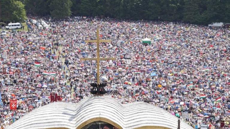 """Orbán a """"képben"""" – a pápa Romániába látogat"""