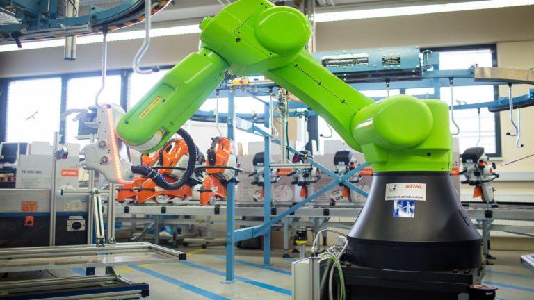 Százezrek bukhatják a munkát a robotok miatt