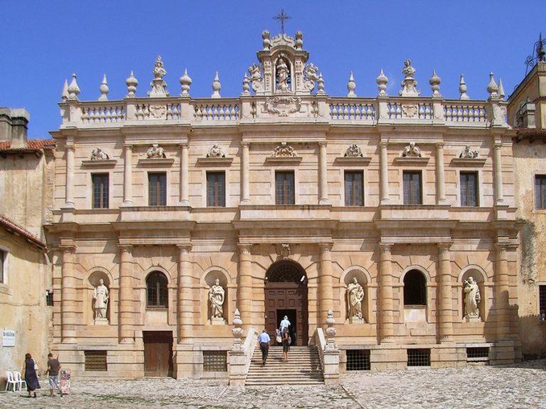 Bíborosi bírálat Bannon kolostori akadémiájának