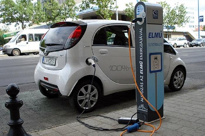 Vége a jó világnak: fizetős lesz a villanyautók töltése
