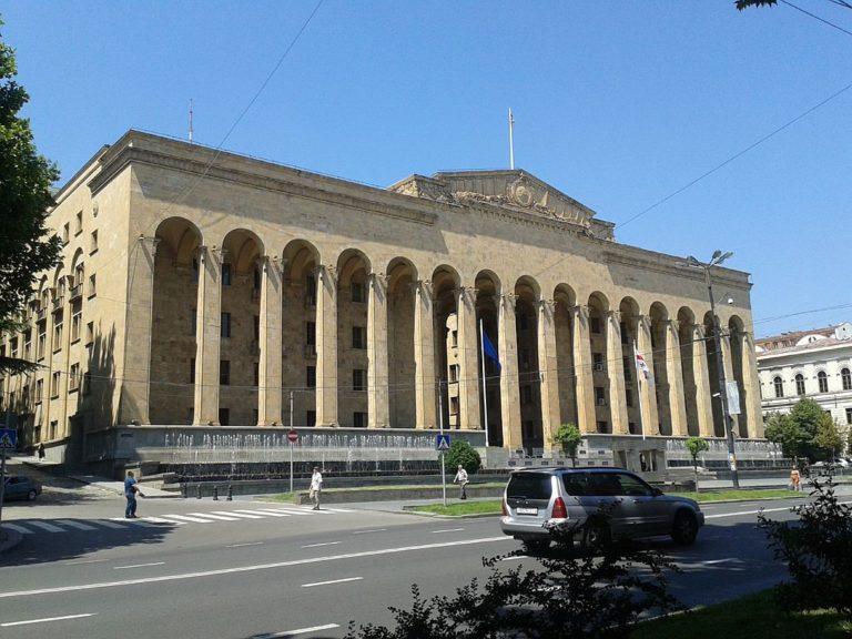 A tüntetők elfoglalják a Tbilisziben a parlament épületét