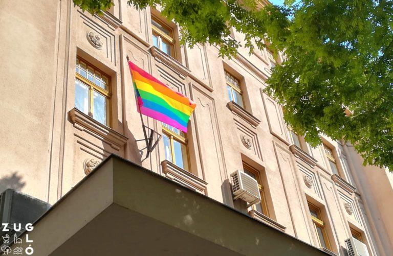 Éjszaka ellopták a szivárvány zászlót a zuglói polgármesteri hivatalról