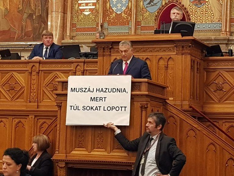 Hadházy-performansszal kezdődött a parlament