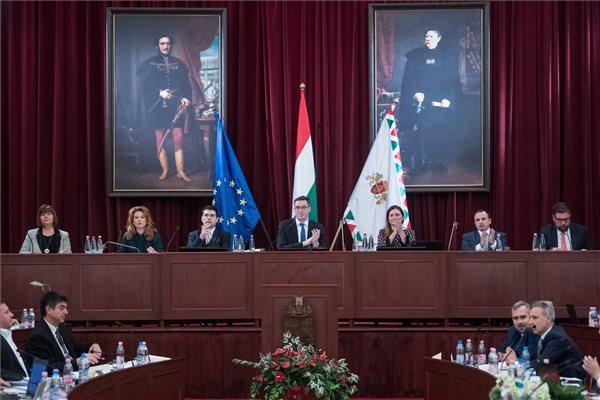 Visszakerült az uniós zászló a fővárosi közgyűlésbe