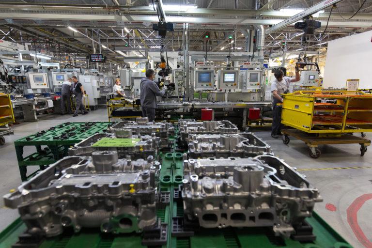 Opel: itt bővít, otthon sorvaszt