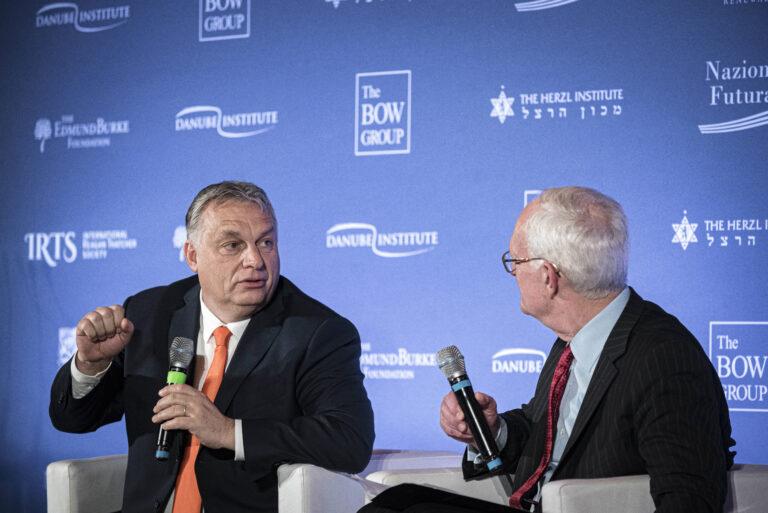 """Orbán """"ellenforradalmat"""" próbál"""