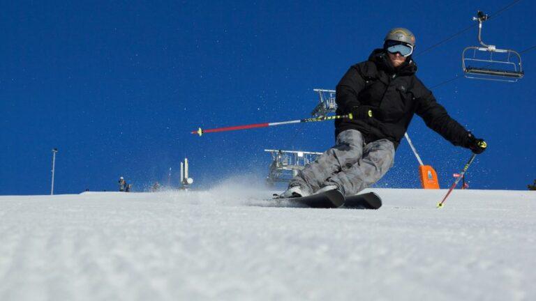 Helikopterrel szállítják a havat a sípályákra