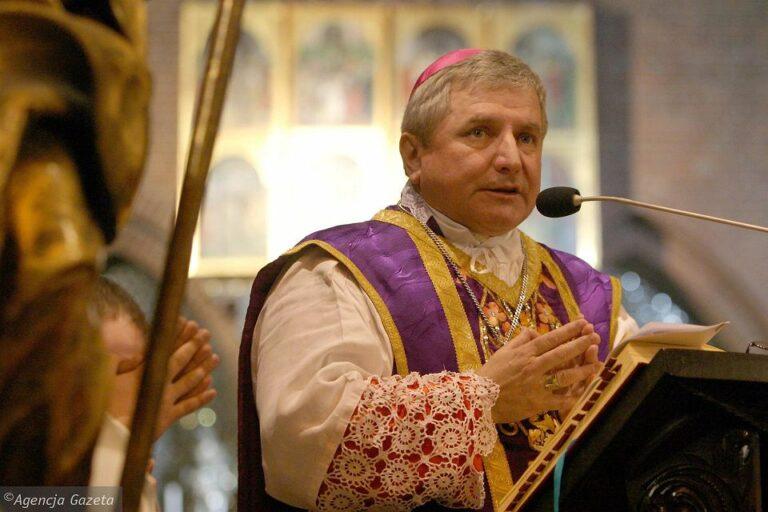 A Vatikán félreállította a pedofil papok ügyeit eltussoló lengyel püspököt