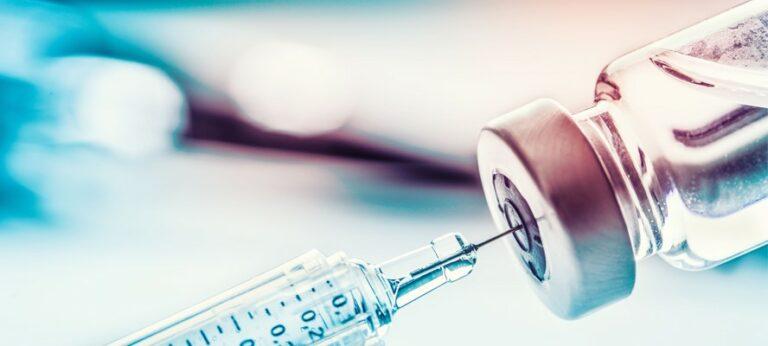 Még mindig sunyít a kormány a vakcina-szerződésekről