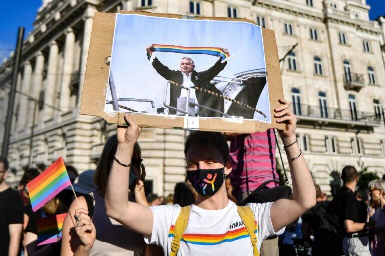 Le Monde: fel kell hagynia a naivitással Orbánnal szemben