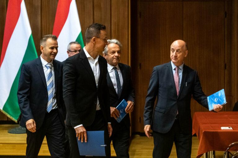 Szijjártó ifjú magyar hírszerzőket avatott fel