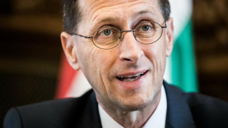 Hat százalékkal növekszik a magyar gazdaság?